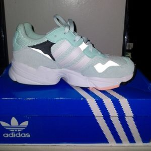Women's Adidas shoes size 3 and 1/2 yung - 96 J